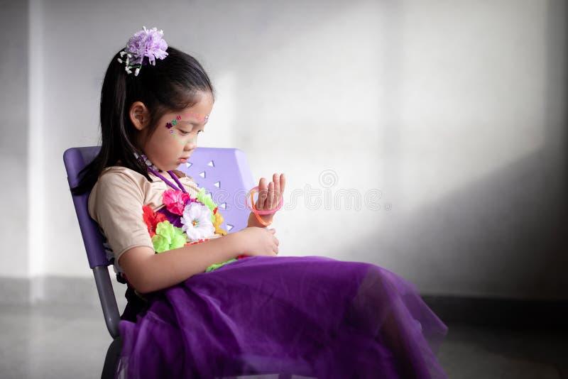 Ensamt asiatiskt barnsammanträde bara och övergett royaltyfri foto