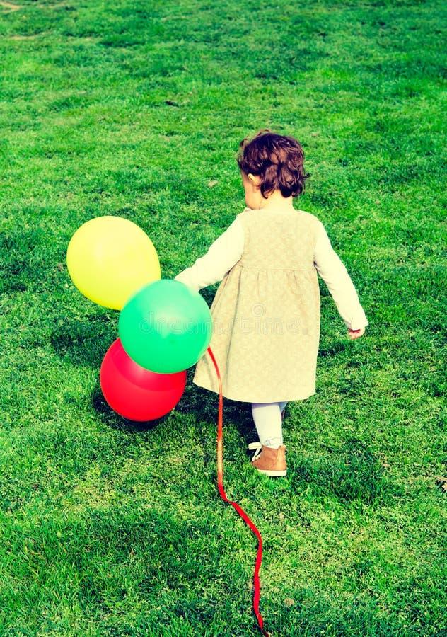 Ensamt barn med ballonger royaltyfri bild