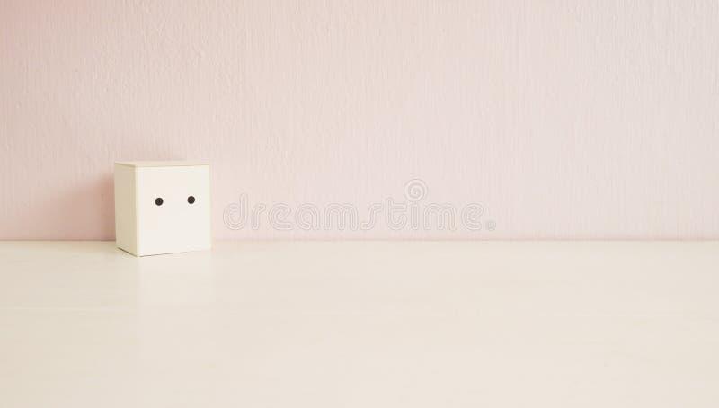 Ensamt begrepp för vit leksakslådaställning arkivbild