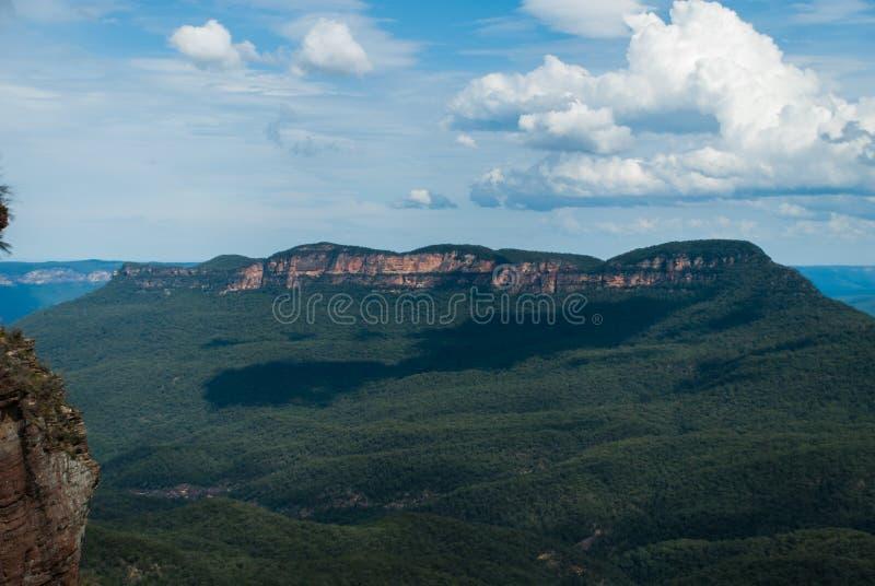 ensamt berg fotografering för bildbyråer