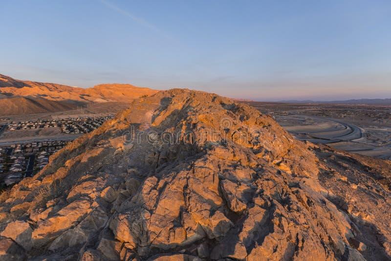 Ensamt bergmaximum på soluppgång royaltyfria bilder