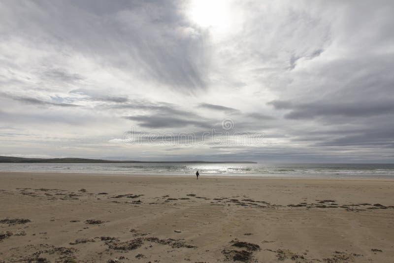 Ensamt diagram på en tom strand arkivfoto