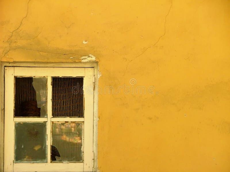 Download Ensamt fönster arkivfoto. Bild av panera, gammalt, facade - 288088