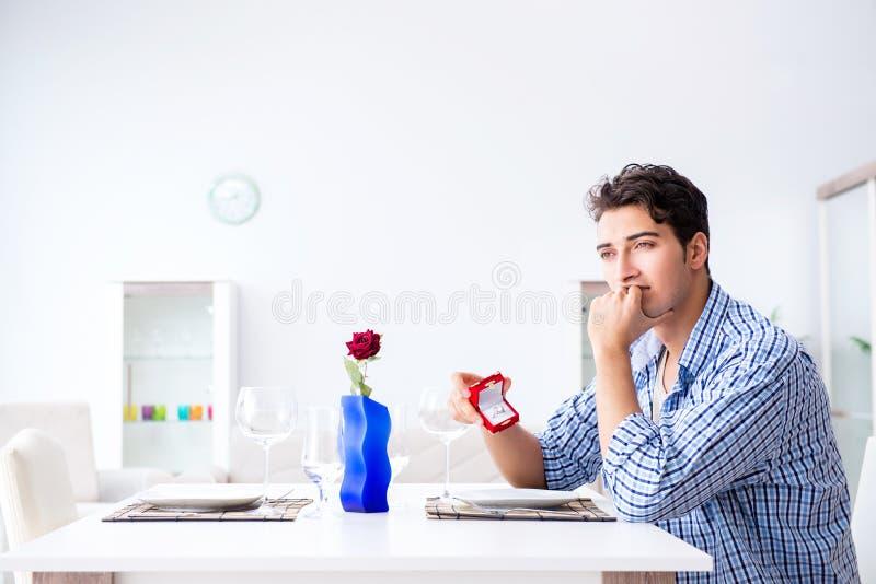 Ensamt förbereda sig för man för romantiskt datum med hans älskling royaltyfria foton