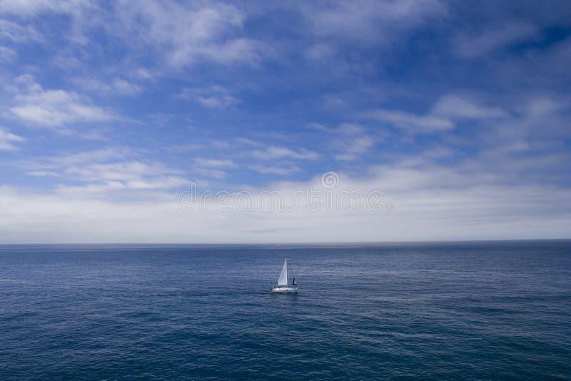 ensamt fartyg arkivfoto