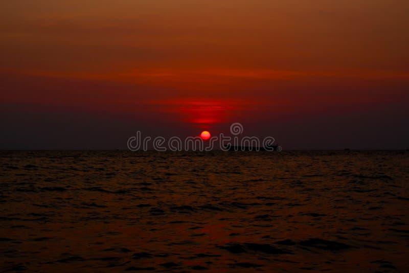 Ensamt fartyg i havet under solnedg?nghimmel royaltyfria bilder