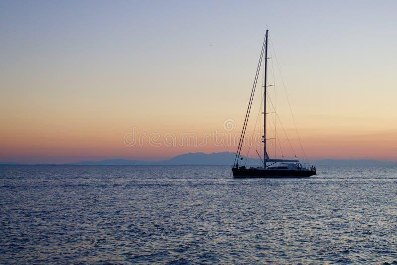Ensamt fartyg på ett lugna hav royaltyfri fotografi