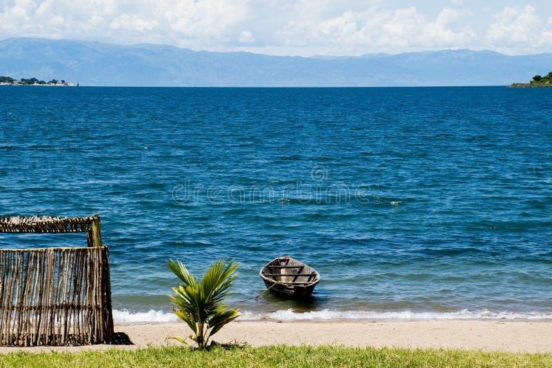 Ensamt fartyg på sjön Tanganyika arkivfoton