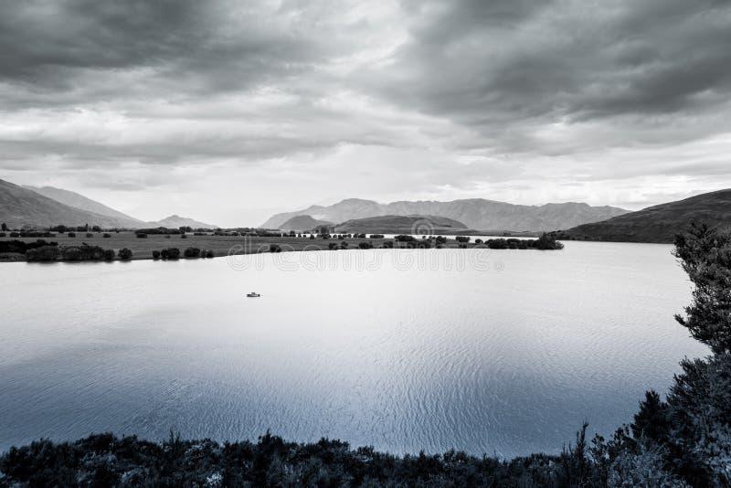 Ensamt fartyg på sjön Wanaka, Otago, södra ö, Nya Zeeland royaltyfria foton