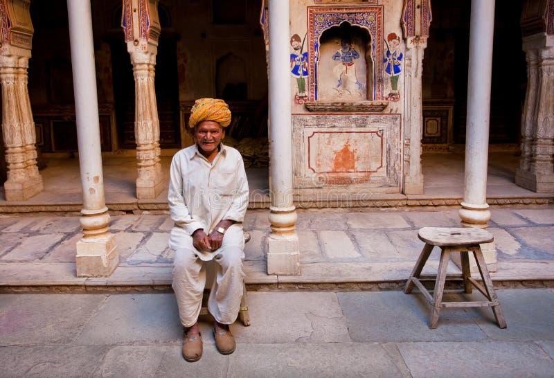 Ensamt gamal mansammanträde inom ett indiskt hus för tappning arkivbild