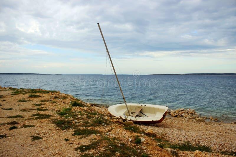 Ensamt gammalt fartyg på kusten royaltyfri bild