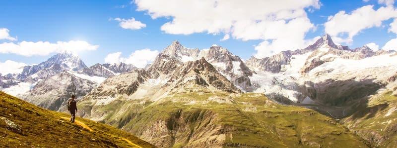Ensamt handelsresandeanseende på det Matterhorn maximumet i panoramasikt, Schweiz Begrepp för affärsföretaglivlopp royaltyfria bilder