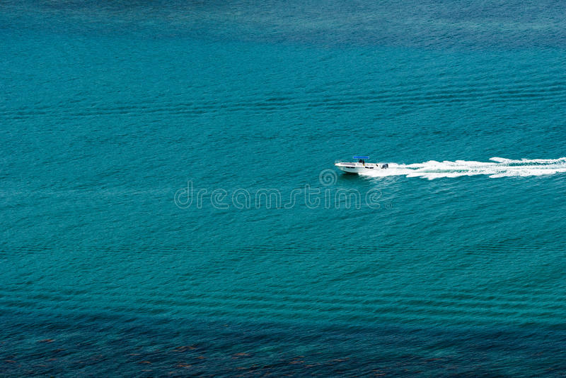 Ensamt hastighetsfartyg royaltyfria foton