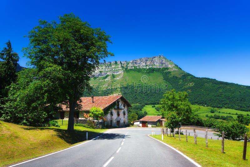 Ensamt hus nära en väg nära det Txarlazo berget royaltyfri fotografi
