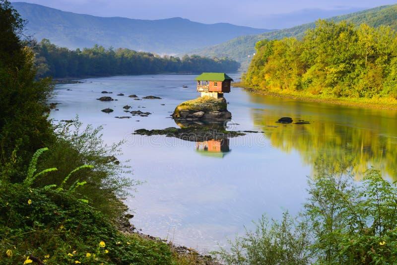 Ensamt hus på floden Drina i Bajina Basta, Serbien royaltyfria foton