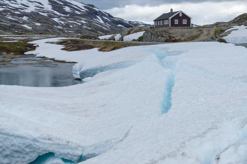 Ensamt lantligt hus i snö- och isberg arkivbild