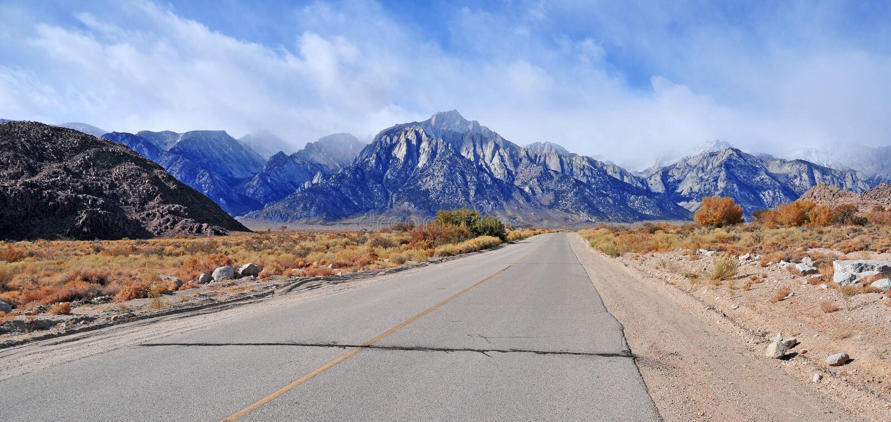 Ensamt sörja maximumet och den östliga toppiga bergskedjan fotografering för bildbyråer