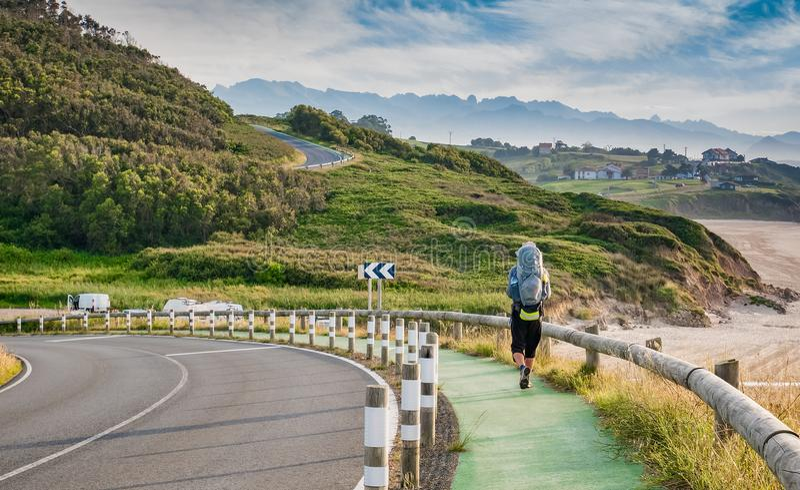 Ensamt vallfärda med ryggsäcken som går Caminoen de Santiago royaltyfri fotografi