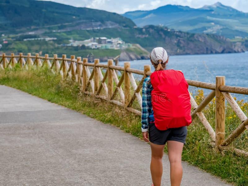 Ensamt vallfärda med ryggsäcken som går Caminoen de Santiago i Spanien, väg av St James arkivfoto