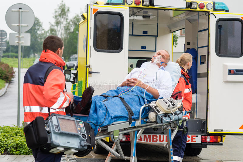Ensanchador paciente de la ambulancia del tratamiento de la máscara de oxígeno fotografía de archivo