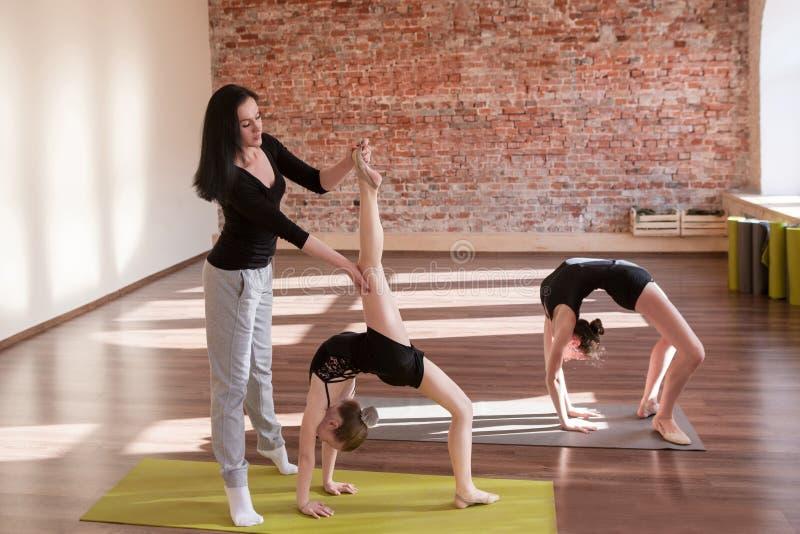 Ensayo de las bailarinas Vida adolescente del deporte fotos de archivo