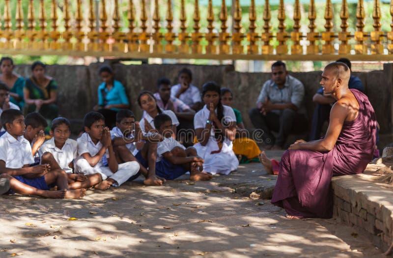 Enseñanza joven del ` s de Buda debajo del bodhi-árbol imagen de archivo