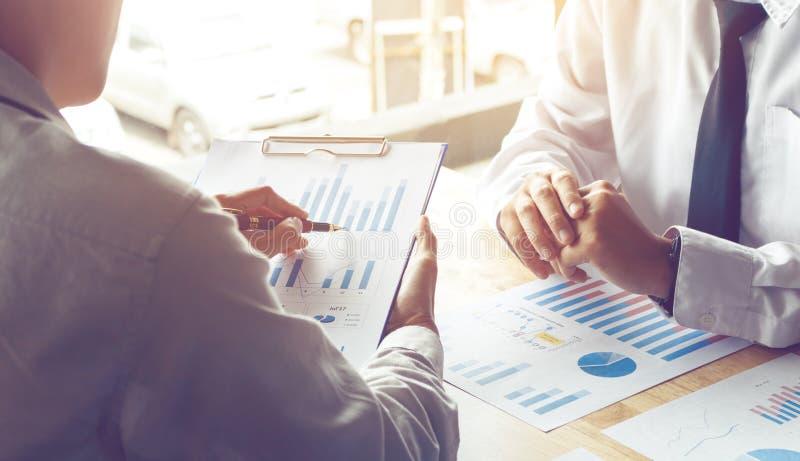 Enseñanza personal del negocio y mirada del presupuesto de la información adentro imagen de archivo libre de regalías