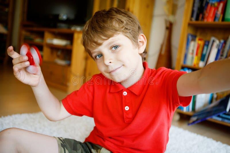 Enseñe al niño que juega con el tri hilandero de la mano de la persona agitada dentro imágenes de archivo libres de regalías