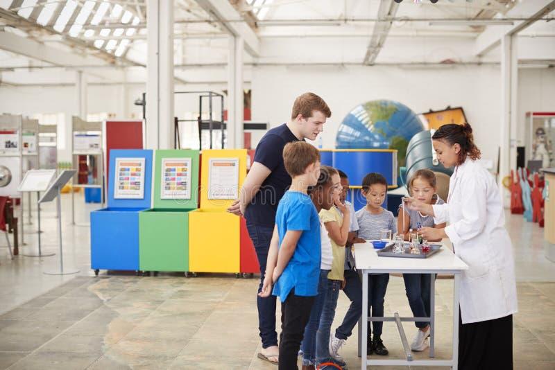 Enseñe a los niños que miran una presentación en un centro de la ciencia fotos de archivo libres de regalías
