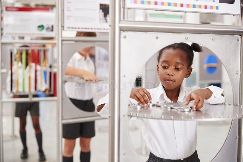 Enseñe a los niños que participan en pruebas de la ciencia en un centro de la ciencia fotografía de archivo libre de regalías