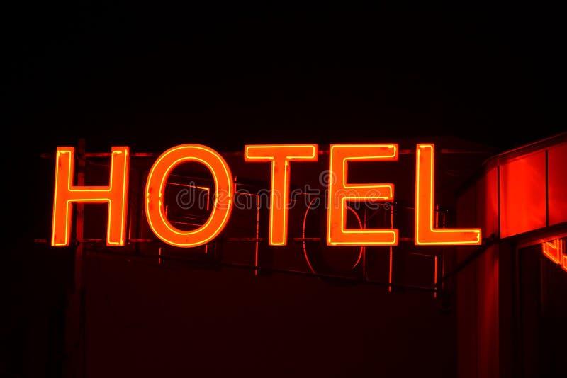 Enseigne au néon d'un petit hôtel photographie stock libre de droits