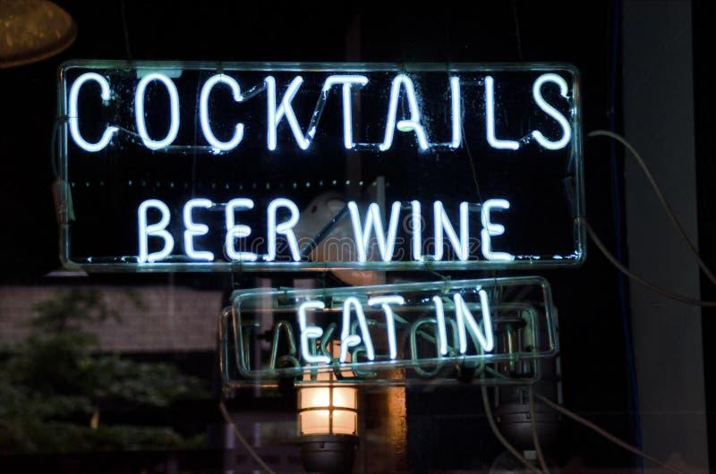Enseigne au néon de cocktails images stock