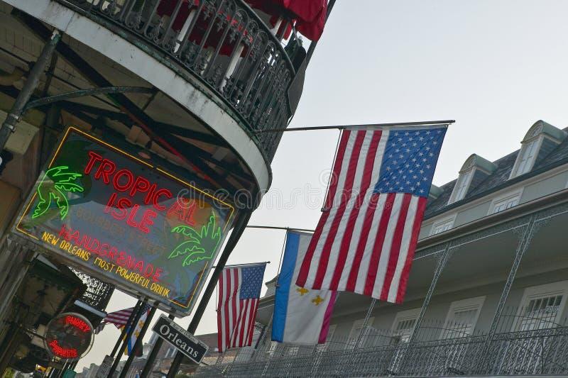 Enseigne au néon tropical d'île et drapeau des USA dans le quartier français de la Nouvelle-Orléans, Louisiane photos libres de droits