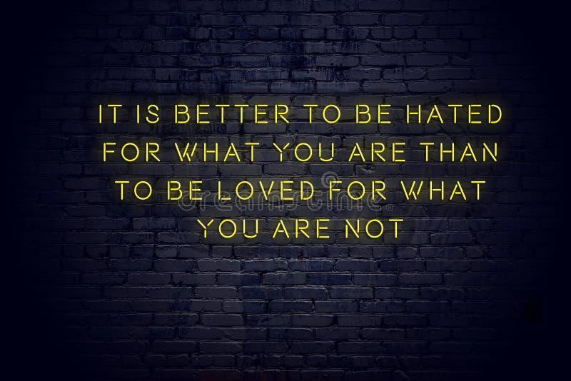 Enseigne au n?on avec la citation de motivation sage positive contre le mur de briques image libre de droits