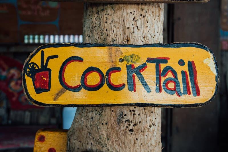 Enseigne avec le cocktail des textes Écrit chantez le cocktail Fond de cocktail des textes photo stock