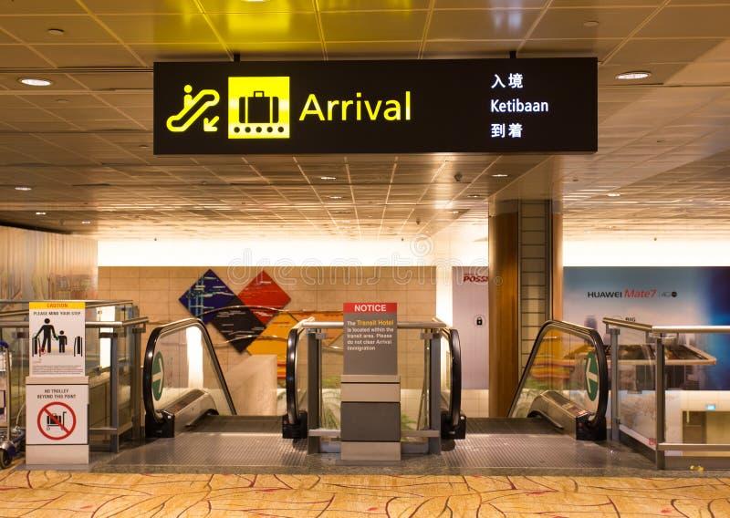 Enseigne d'arrivée dans l'aéroport images stock