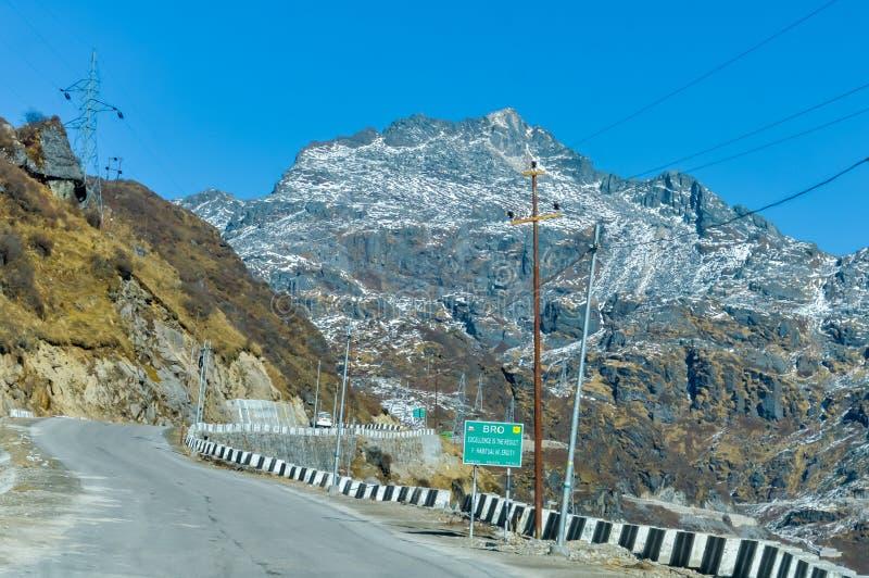 Enseigne de l'organisation BRO de routes de frontière en Arunachal Frontier Highway ou Mago Thingbu Vijaynagar India et la Chine  image stock