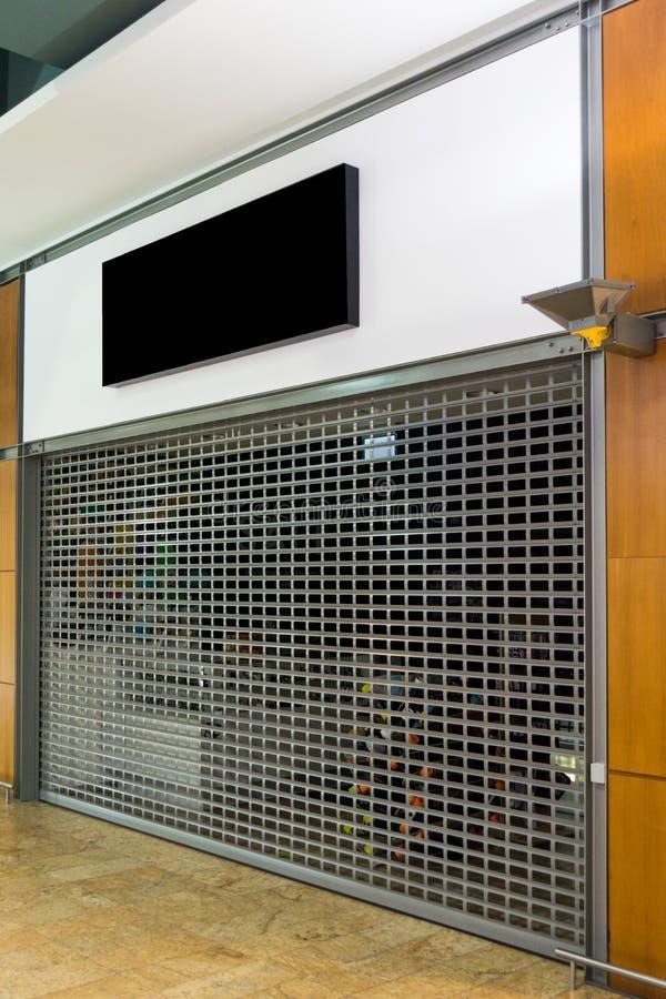 Enseigne de maquette de l'en salle fermée avec le volet de rouleau photos libres de droits