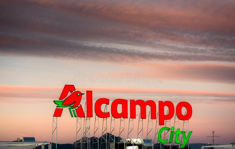 Enseigne de ville d'Alcampo photographie stock