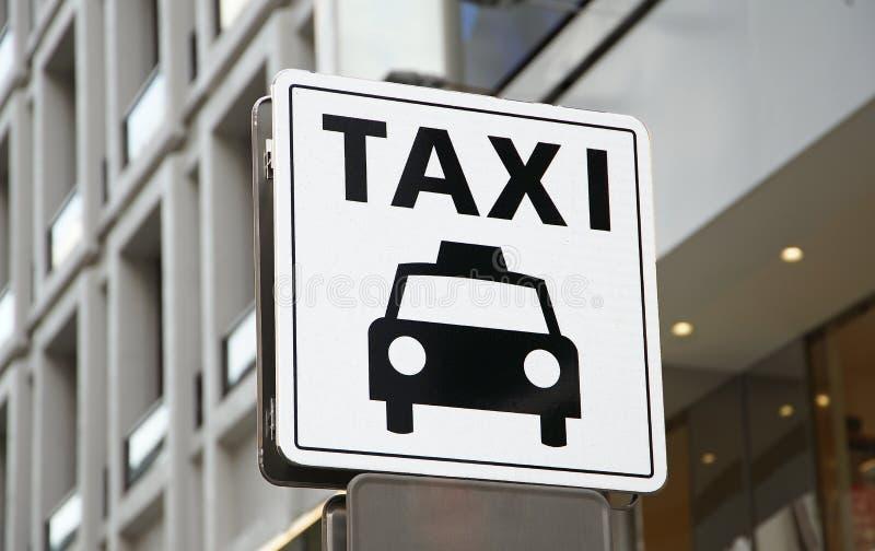 Enseigne du support de taxi de la ville photo stock