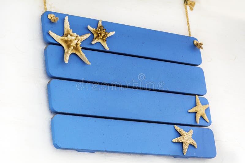 Enseigne en bois sur les planches bleues images stock