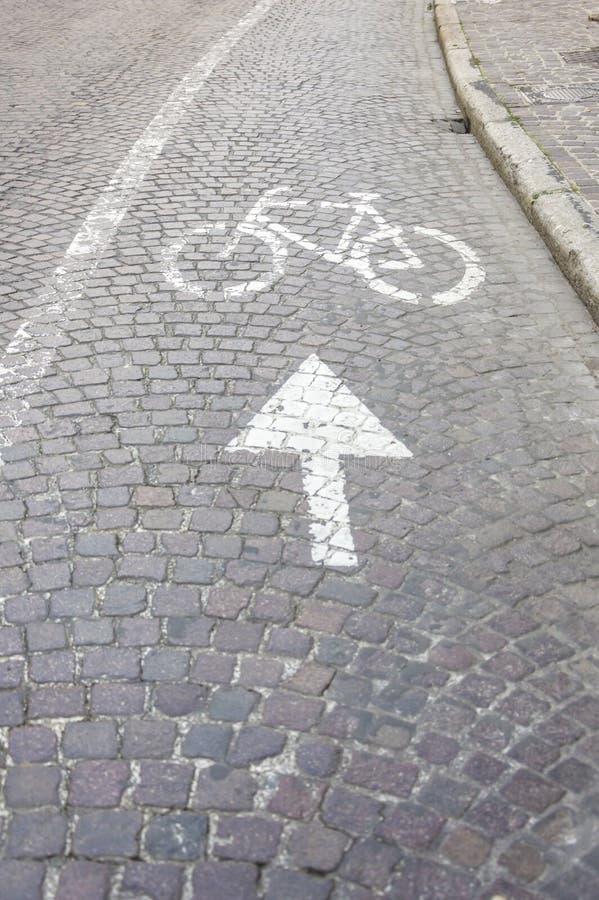 Enseigne sur l'asphalte pour des cycles photographie stock