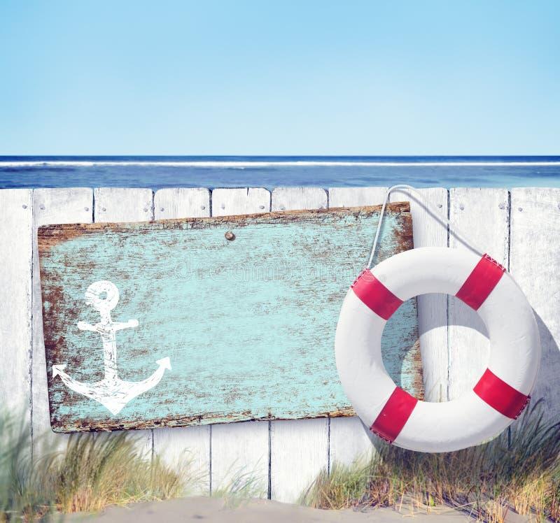 Enseigne vide et barrière en bois sur la plage photographie stock