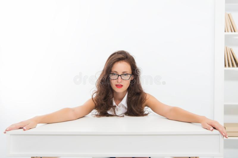 Enseignement avec passion Lunettes professeur ou conf?rencier attirant de femme Directeur de bureau fut? de dame d'affaires Busin photo libre de droits
