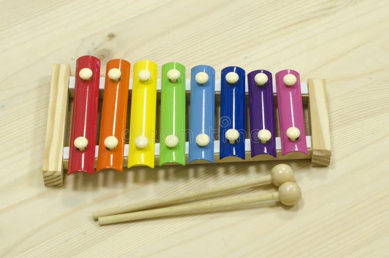 Enseignement du Montessori xylophone à instrument de musique pour enfants développement de l'audition et des capacités jeux éduca images stock