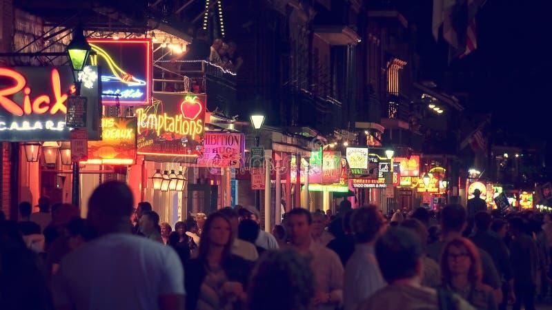 Enseignes au néon sur Bourbon Street la nuit dans le quartier français de N photo stock