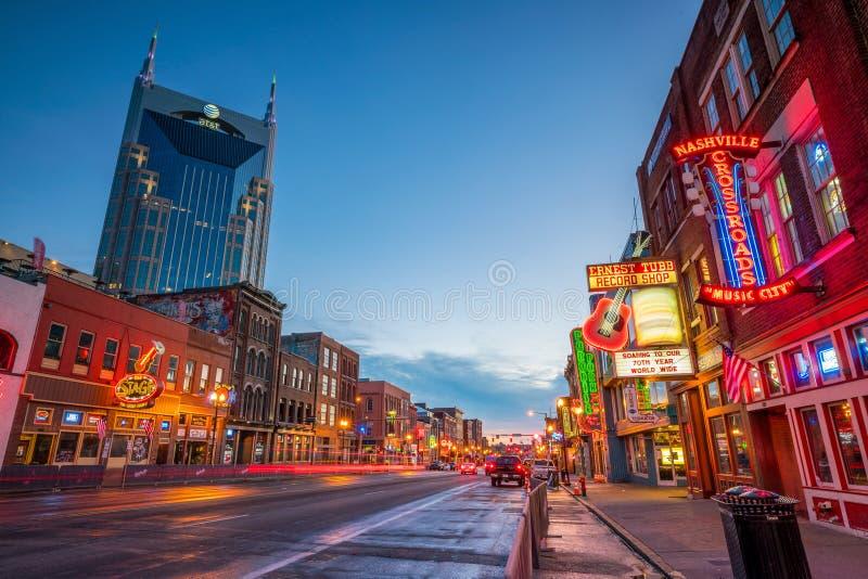 Enseignes au néon sur Broadway inférieur Nashville images stock