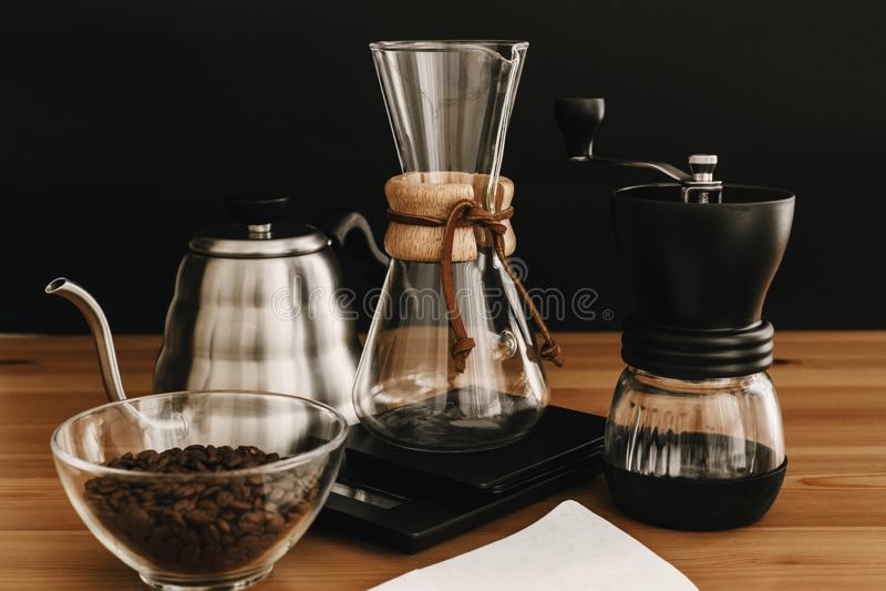 Ensemble alternatif de méthode de brassage de café Accessoires et articles élégants pour le café alternatif sur la table en bois  photographie stock libre de droits