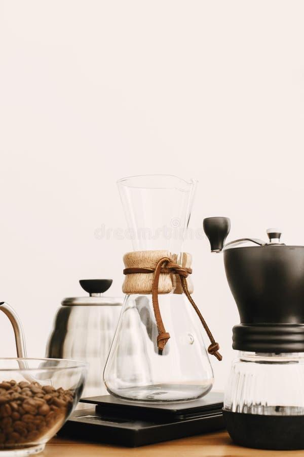 Ensemble alternatif de méthode de brassage de café Accessoires et articles élégants pour le café alternatif sur la table en bois  photos libres de droits