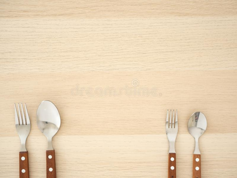 Ensemble argenté de couverts sur la table en bois photographie stock libre de droits
